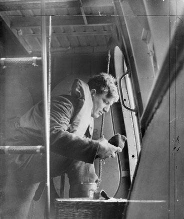 Offizier startet Brieftaube aus Flugboot, Brieftaubenwesen, 2. Weltkrieg, Zweiter Weltkrieg, Brieftaube