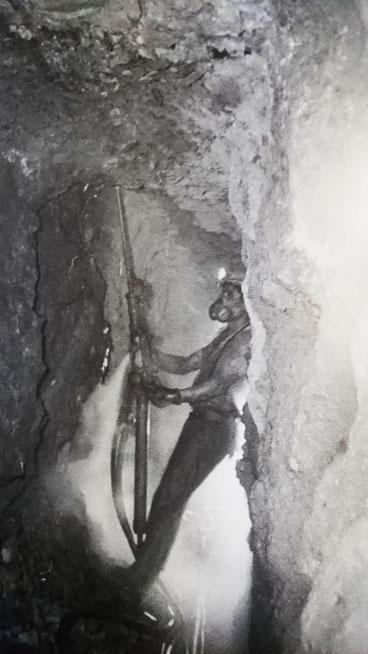 足尾銅山坑内。ストーパーで上向き穿孔して発破していく。*写真提供 :撮影/新井常雄氏「足尾銅山写真帖」随想舎