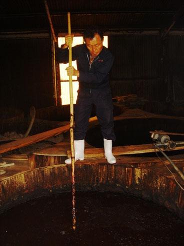 醤油樽で醤油の世話 by SLP