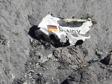 Ein Trümmerteil der abgestürzten Maschine in den französischen Alpen. Foto: Sebastien Nogier