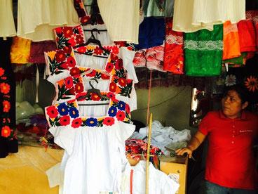 ウエフットラの市場で売られる伝統的な刺繍ブラウス