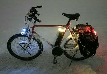 Reiserad mit Pendix-Motor bei Dunkelheit