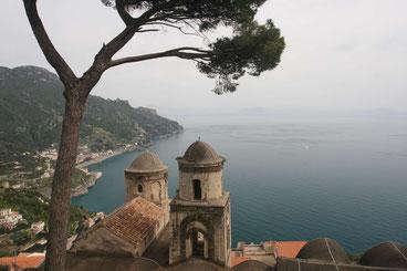 Bilderbuchblick von Ravello, Villa Ruffolo, auf die Küste