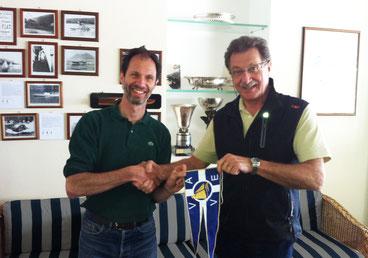 Il presidente del VYC Eric Bevilacqua riceve il gagliardetto dell'AVEV dal nostro presidente Alessandro Corti