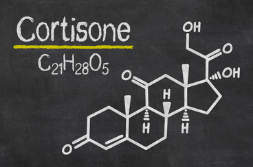 Cortison abgekürzte Hydrocortison steht unter seinem systematischen Namen Cortisol. Kortison ist ein Steroidhormon, das um 1935 als erster Wirkstoff in der Nebennierenrinde des Menschen gefunden wurde. Cortison ist die durch Oxidation inaktivierte Form