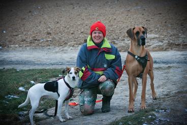 Autorin Anja Kiefer mit ihren beiden Hunden Milli-Mi und Amber