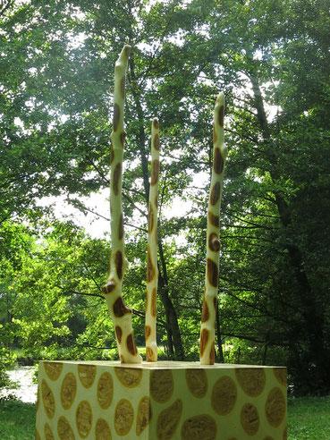 Montage de bois flottés,  strucure OSB  peintures et vernis acryliques.  Hauteur 3.5 mètres.