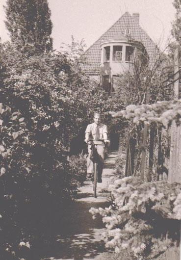 Rückseite Villa Obmann, Fahrradfahrer vermutlich Schwiegersohn, Herr Koch - Archiv W.Malek