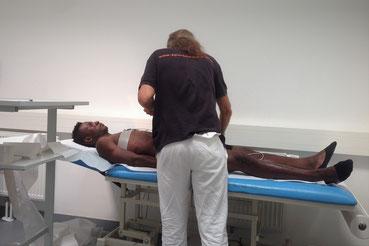 An der Wiener Universität checken Ärzte Traoré durch