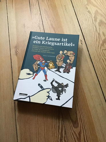 Im Zweiten Weltkrieg existiert neben der militärischen Konfrontation auch ein geistiger Kampfplatz, ein gezeichneter Kriegsschauplatz, bei dem der Humor eine Schlüsselrolle spielte. Niels Schröder untersucht dies in seinem kunstwissenschaftlichen Buch.