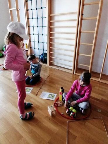 Der Hausmeister ist fleißig am Kontrollieren, ob die Zahl 4 richtig eingerichtet ist.