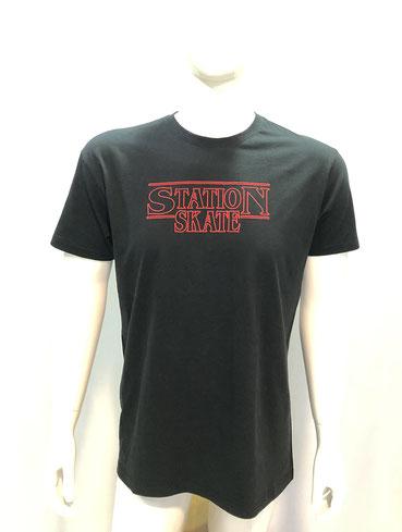 Camiseta modelo STRANGER, STATION, SKATE