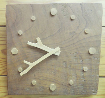 木製のオシャレな掛け時計の修理。動かなくなったということで機械の交換修理をさせていただきました。時計の針も木製です。細心の注意を払って修理し、無事動きました。