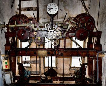 Au premier niveau, l'horloge posée le 15 décembre 1966 - Fabrique Lussault à  Tiffanges (Vendée)