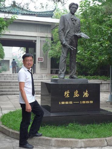 2010. PEKIN. KIM-KHÔI  DEVANT LA STATUE ET LE MUSEE DEDIE à XU BEI HONG. PHOTO PRISE PAR LA VEUVE DE XU BEIHONG, LIAO QING WEN