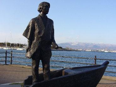 1864年、箱館(函館)の港から小舟で漕ぎ出す新島襄像。アメリカ商船に乗り込み太平洋横断・渡米、近代日本教育の先覚者となった。