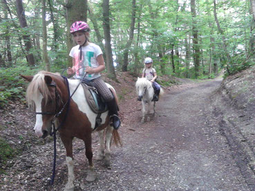 Zwei Kinder auf Pony-Ausritt