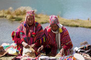 Quero Pacos aus den Anden bei einer Despacho-Zeremonie