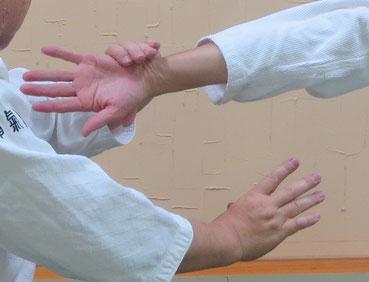 ④母指先の反りを丹田に向け陰に巡ると小指球を包む