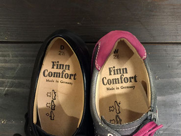 右の靴はかかとの周りにクッション材が入って締まりやすくなっています