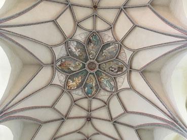 Aufgehobenes Kloster Pernegg, spätgotische Hallenkirche mit geschwungenem Netzgewölbe (um 1603), erst 1952 freigelegte Rosette. Kirchenpatron: Hl. Apostel Andreas. Foto Charles Wardell 2018