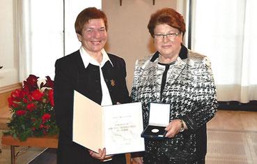 Soroptimist Club Passau, Frauenhaus-Leiterin Hildegard Stolper mit Verdienstmedaille ausgezeichnet