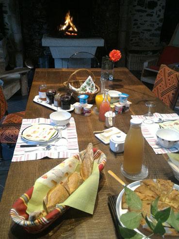 Les petits déjeuners sont servis dans le jardin l'été et dans la grande cuisine, près de la cheminée, en hiver
