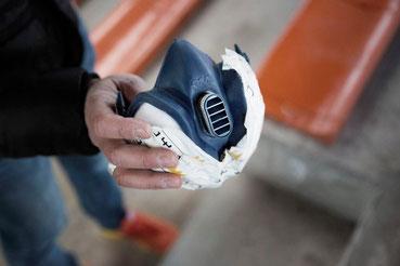 Handelsübliche, teils abgeklebte Atemschutzmaske.