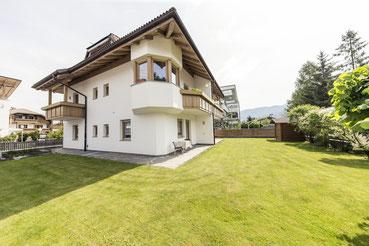 50m² Garten Appartements - Garni Hotel Clara Ihr B&B am Kronplatz