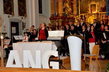 Leiterin Erna Mayrhofer vor dem Ensemble CHORiosum