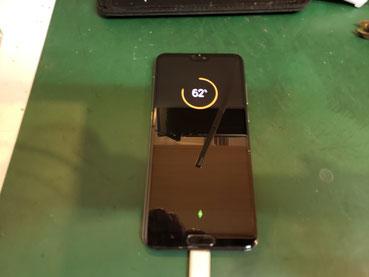 仮組付けしたバッテリーン充電チェックしているHuawei P20pro
