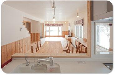 キッチンから眺める角度が一番好きです。コンロの前も無理言ってガラス入れて暗くならないようにしてくれました