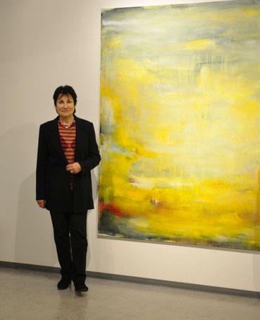 Uschi Lüdemann mit Malerei, o.T. 2017, in der GEDOK-Ausstellung, Foto: Anna Maria Letsch