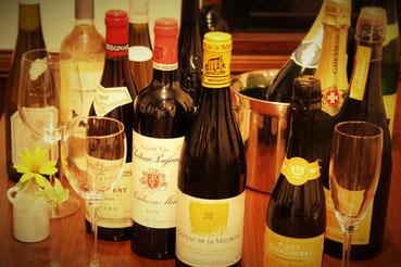 ワインリストはフランス産ワインを中心に豊富にそろえてあります。生ビール、カクテル類の種類も豊富です。