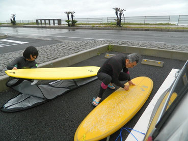 今日はBOSSも入水しました。新人HKRちゃんもちゃんとした波でのボード初おろし~♪