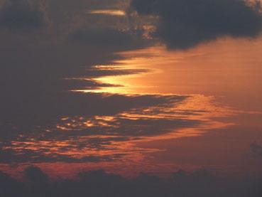 雲の中の夕日。