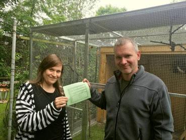Übergabe des Gutscheins für die Wildvogelhilfe. Foto: NABU Leipzig