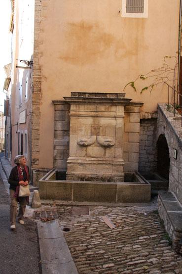 Bild: Brunnen in Bonnieux