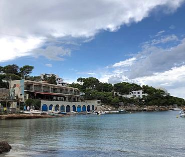 Baai van Portinatx met hotel Los Enamorados