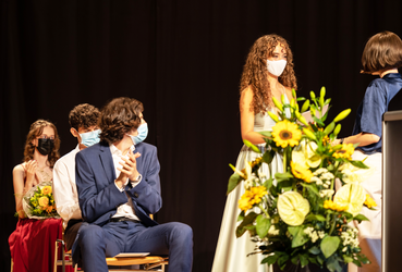 Selma Zoronjic erhält während der Maturafeier 2021 auch den Religionspreis von Anne Beutter überreicht. Bild: Marcel Vogler