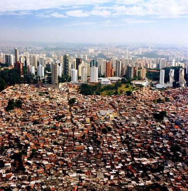"""São Paulo med slumkvarteret  """"favela da Maré"""""""