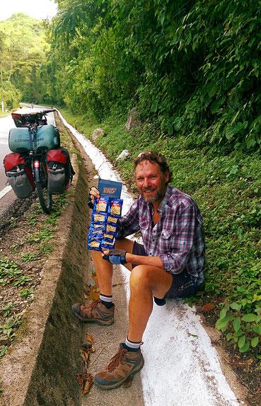 Ein Lieferant schenkt uns Erdnüsse als Motivation für die nächsten steilen Abschnitte. Wir haben kaum Zeit ihm richtig zu danken, schon ist er weg.
