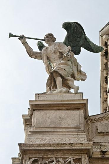 Engel mit Trompete aus der Offenbarung des Johannes auf der Fassade eines Palastes in Venedig.