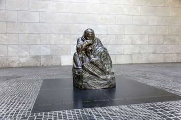 """Skulptur """"Mutter mit totem Sohn"""""""