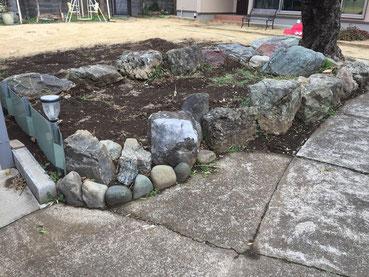 ▲施工前の石組み。この石を組み直し造園施工を行いました。