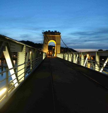 """Die beleuchtete Rhône-Brücke """"La Passerelle"""" in Vienne"""