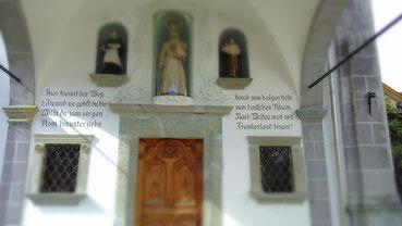 an der Barockkirche Maria Himmelfahrt muss sich der Pilger entscheiden, wohin die Schritte ihn lenken