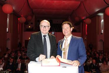 Eintrag ins Goldene Buch (links: Prof. Dr. Karlheinz Ruckriegel, rechts: Thomas Thumann); Fotos: Stadt Neumarkt