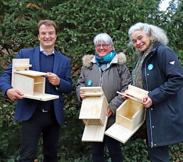 Dr. Astrid Fritzenschaf und Prof. Ursula Obst von der WiTAS mit Zoodirektor Dr. Matthias Reinschmidt bei der Übergabe der Futterhäuschen. (Bild: Zoologischer Stadtgarten Karlsruhe)