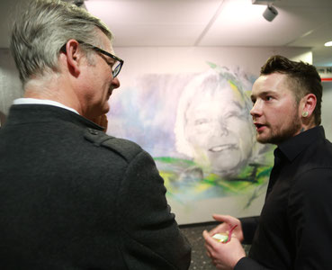 © ekir.de (Dorothee Sölles Sohn Martin (li.) im Gespräch mit dem Künstler)